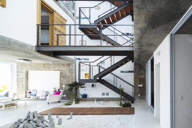 设计师运用钢结构的楼梯把两栋建筑连为一体,外形粗犷的楼梯与混凝土